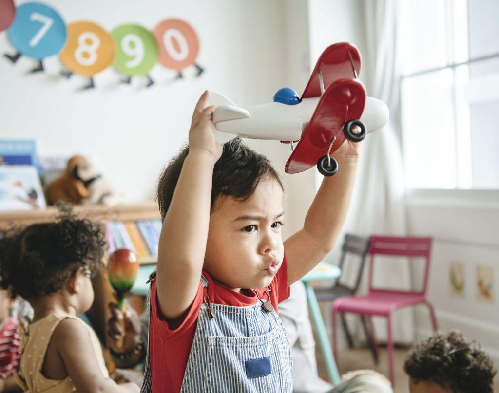 Kind speelt met vliegtuig