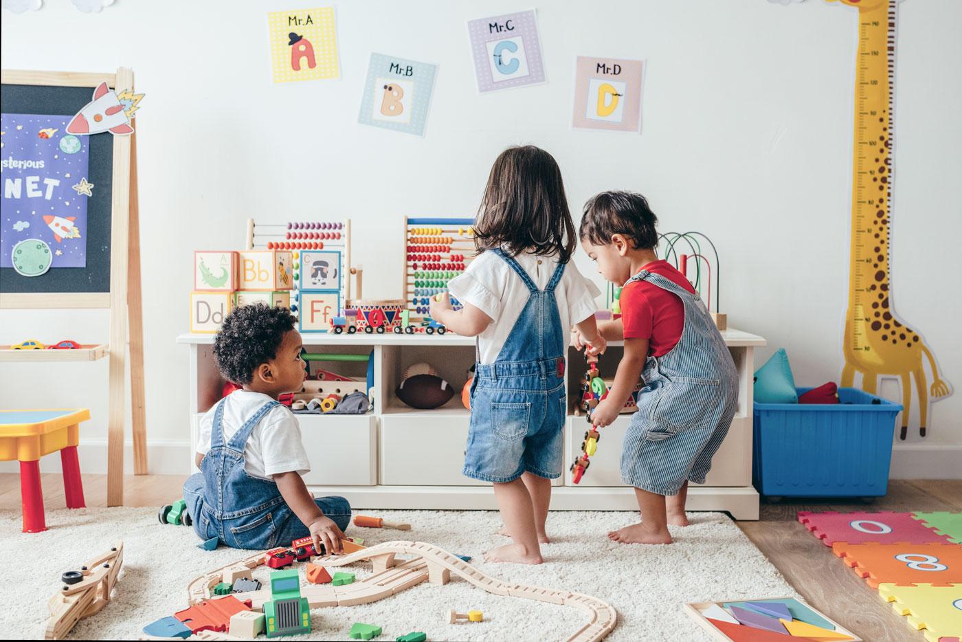 Kinderen spelen met verschillend speelgoed