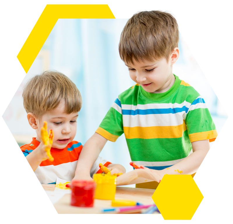 Kinderen die spelen met verf